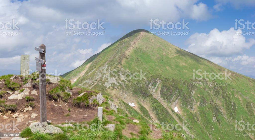Mountain peak Hoverla in Carpathian Mountains on background of s photo libre de droits