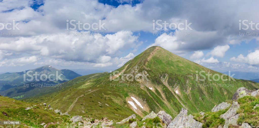 Mountain peak Hoverla in Carpathian Mountains on background of s Lizenzfreies stock-foto