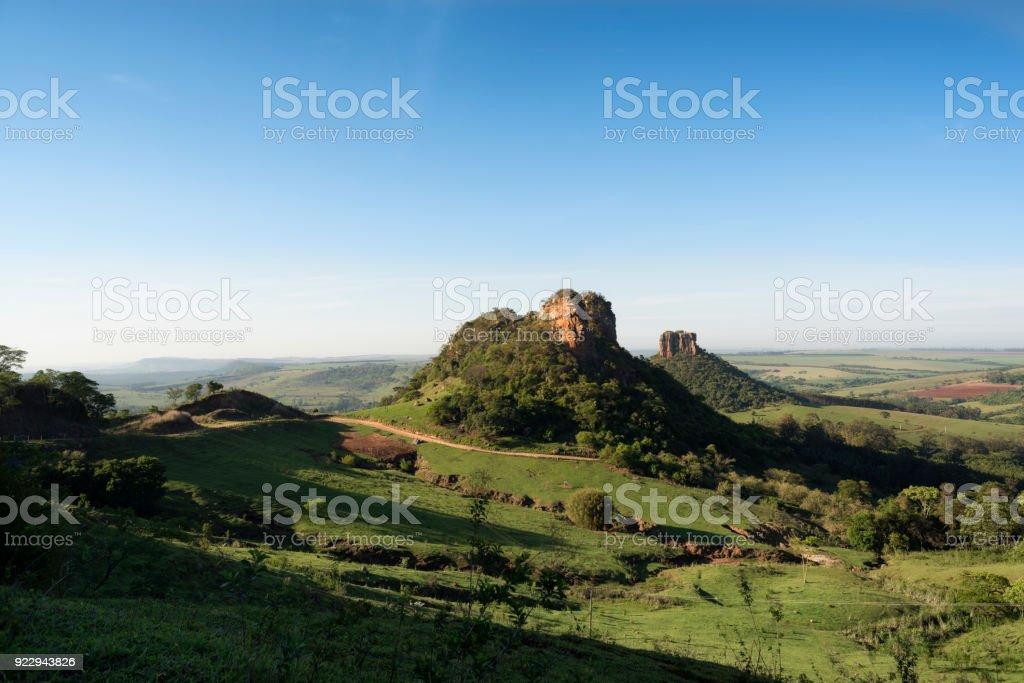 Berggipfel in einer ländlichen Gegend mit klaren blauen Himmel – Foto