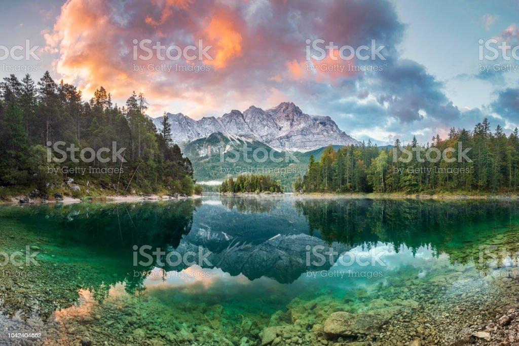 Mountain peak Zugspitze Summer day at lake Eibsee near Garmisch Partenkirchen. Bavaria, Germany - Royalty-free Alemanha Foto de stock