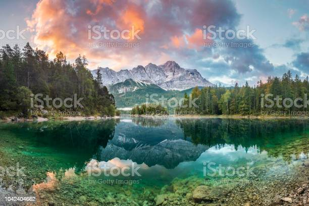 Mountain Peak Zugspitze Summer Day At Lake Eibsee Near Garmisch Partenkirchen Bavaria Germany - Fotografias de stock e mais imagens de Alemanha