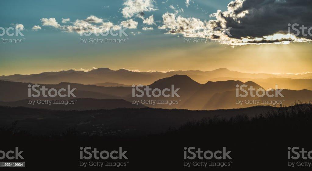 Mountain peaks in Emilia Romagna at sunset. Monte Venere, Bologna province, Italy. - Zbiór zdjęć royalty-free (Apeniny)