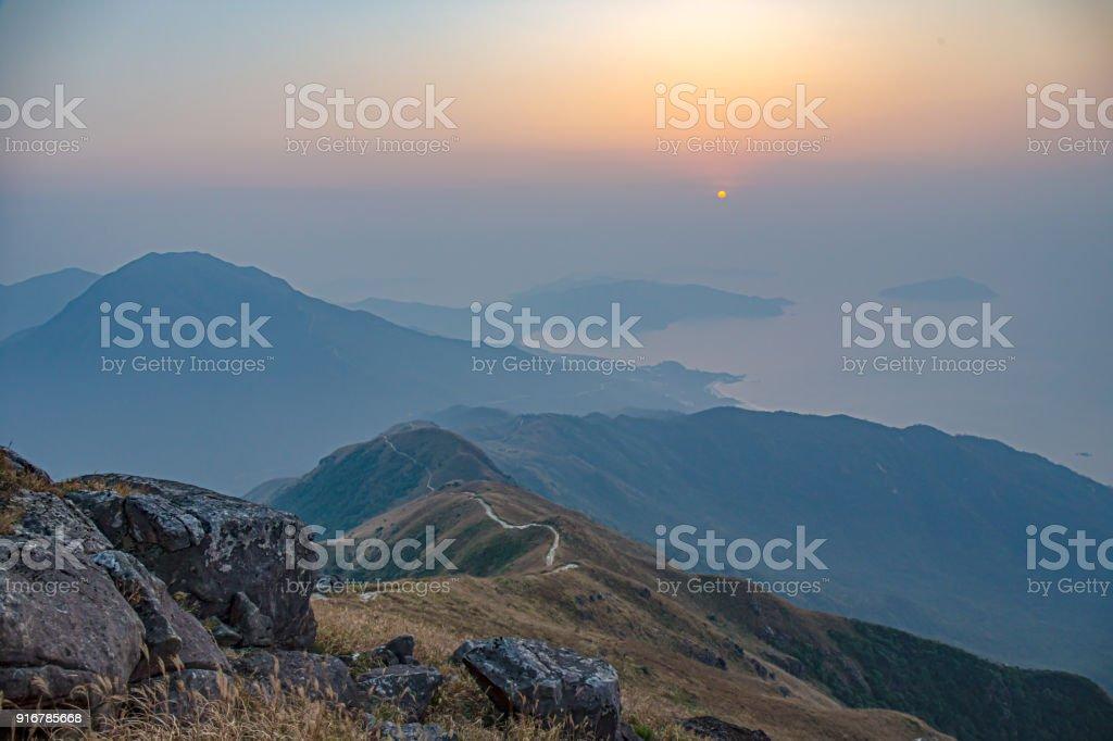 Gebirge und Wanderweg Blick vom Lantau Peak bei Sonnenaufgang in der Wintersaison – Foto