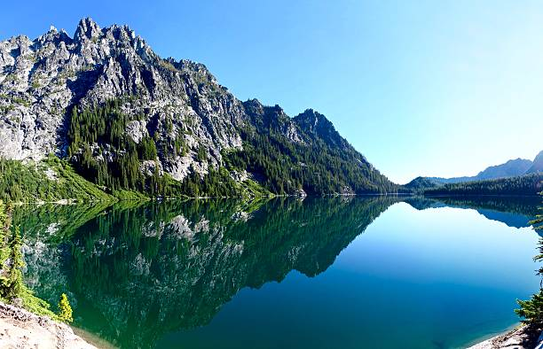 Mountain reflection in alpine lake. – Foto