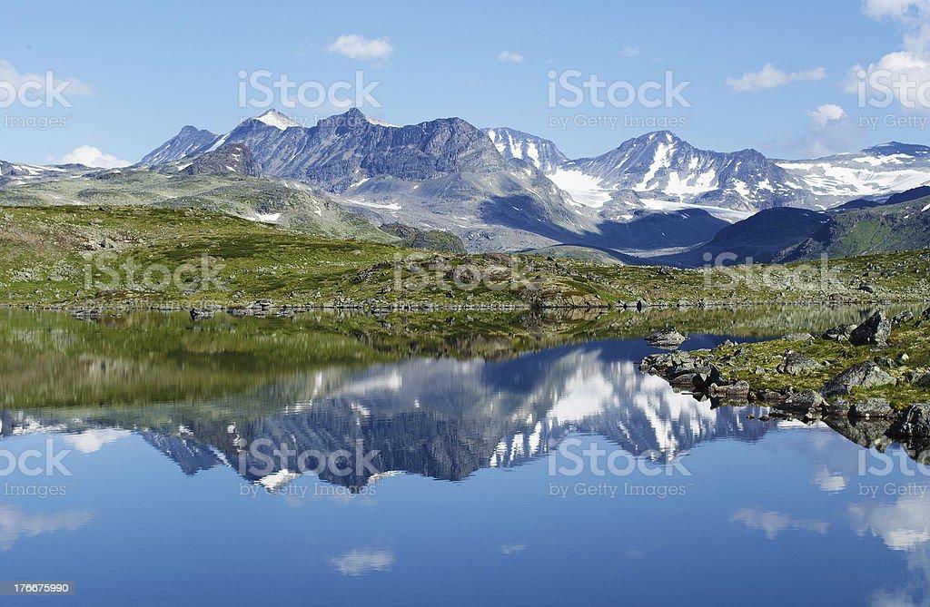 Reflejo a las montañas foto de stock libre de derechos