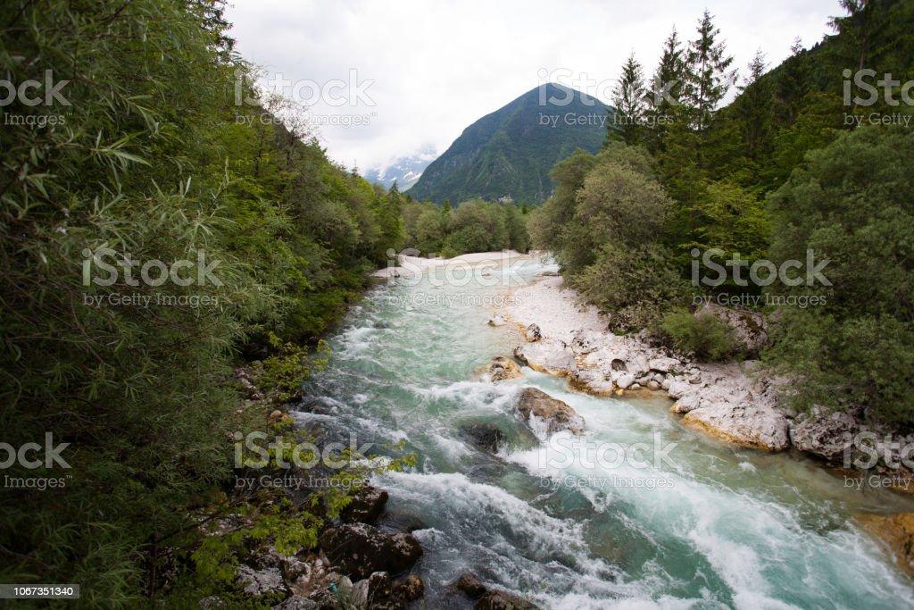 Gebirgsfluss (Isonzo) mit türkisblauen Wasser läuft durch den Wald im Nationalpark Triglav (Slowenien) – Foto