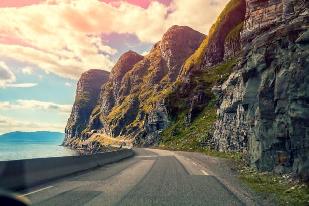 Estrada de montanha, ao pôr do sol - foto de acervo
