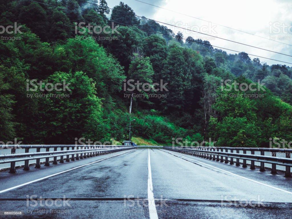 carretera de montaña durante la lluvia