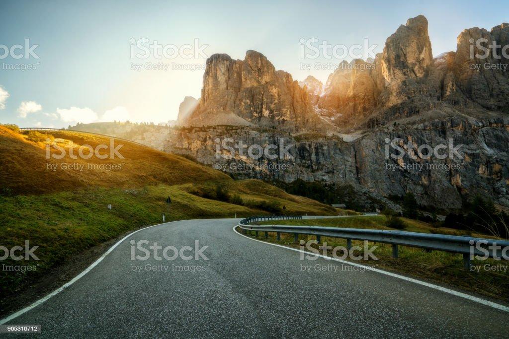 Montagne de la route de montagne des Dolomites - Italie - Photo de Arbre libre de droits