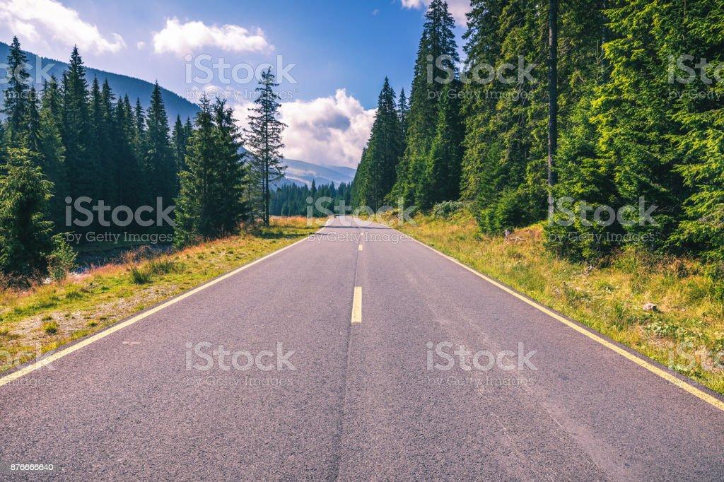 Bergstraße. Landschaft mit Felsen, sonnigen Himmel mit Wolken und schöne Asphaltstraße am Abend im Sommer. Vintage Tonen. Hintergrund zu reisen. Autobahn in Bergen. Transport – Foto