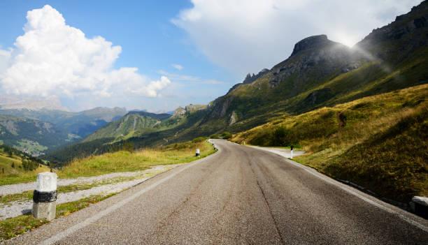Bergstraße auf europäischen Alpen. – Foto