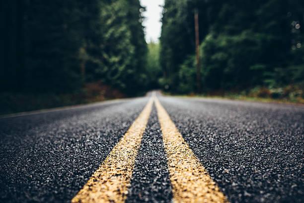 mountain road - zweispurige strecke stock-fotos und bilder