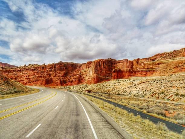 berg wegen bewolkte hemel - arizona highway signs stockfoto's en -beelden