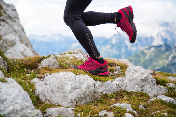 mountain igång närbild - jogging hill bildbanksfoton och bilder