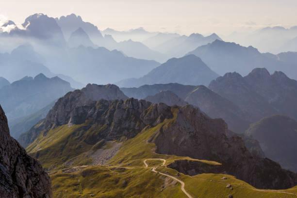 silhouettes de montagne dans les alpes juliennes, slovénie, au coucher du soleil, dans une ambiance chaleureuse fin journée d'été, comme on le voit qui descendait du sommet mangart - slovénie photos et images de collection