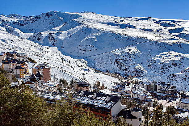 Mountain skiing - Pradollano, Sierra Nevada, Andalusia, Spain - foto de stock