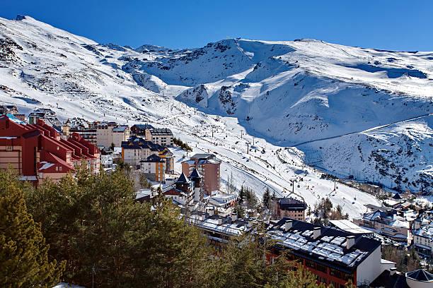 Mountain skiing - Pradollano, Sierra Nevada, Spain - foto de stock