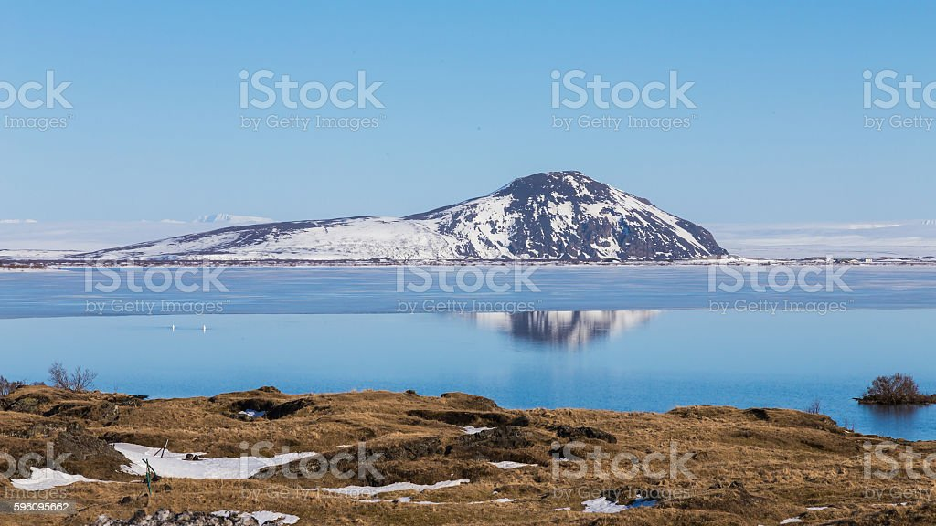 Mountain snow covered over the lake with clear blue sky Lizenzfreies stock-foto