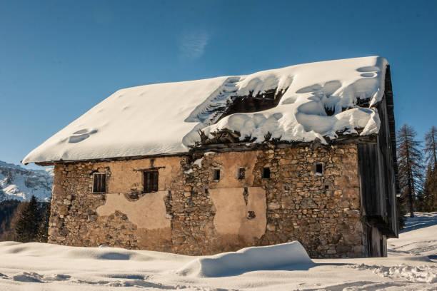 berg stabil im bereich tofane über einen blauen himmel nach einem schneefall, cortina d'ampezzo, italien - traumscheune stock-fotos und bilder