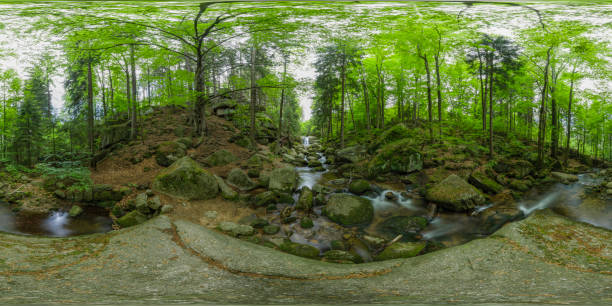 arroyo de montaña con una pequeña cascada (panorama de 360 grados, hdri) - 360 fotografías e imágenes de stock