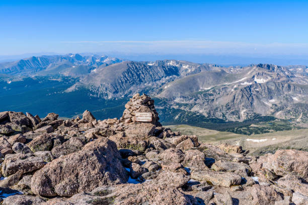 mountain top - a summer morning summit view from top of longs peak, looking from summit entry/exit point of keyhole route towards south-west, rocky mountain national park, colorado, usa. - estes park foto e immagini stock