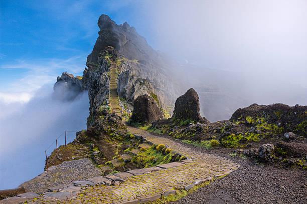 Berg Wanderweg in Madeira über den Wolken – Foto