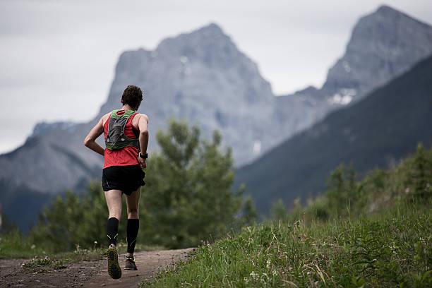 senderos de montañas runner - trail running fotografías e imágenes de stock