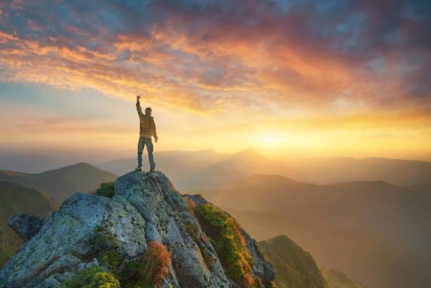 parlak gün batımı sırasında dağ vadisi. yaz aylarında güzel doğal peyzaj - dağ zirvesi stok fotoğraflar ve resimler