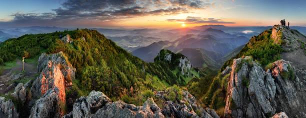일출 동안 산 계곡. 슬로바키아의 자연 여름 풍경 - 카르파티아 산맥 뉴스 사진 이미지