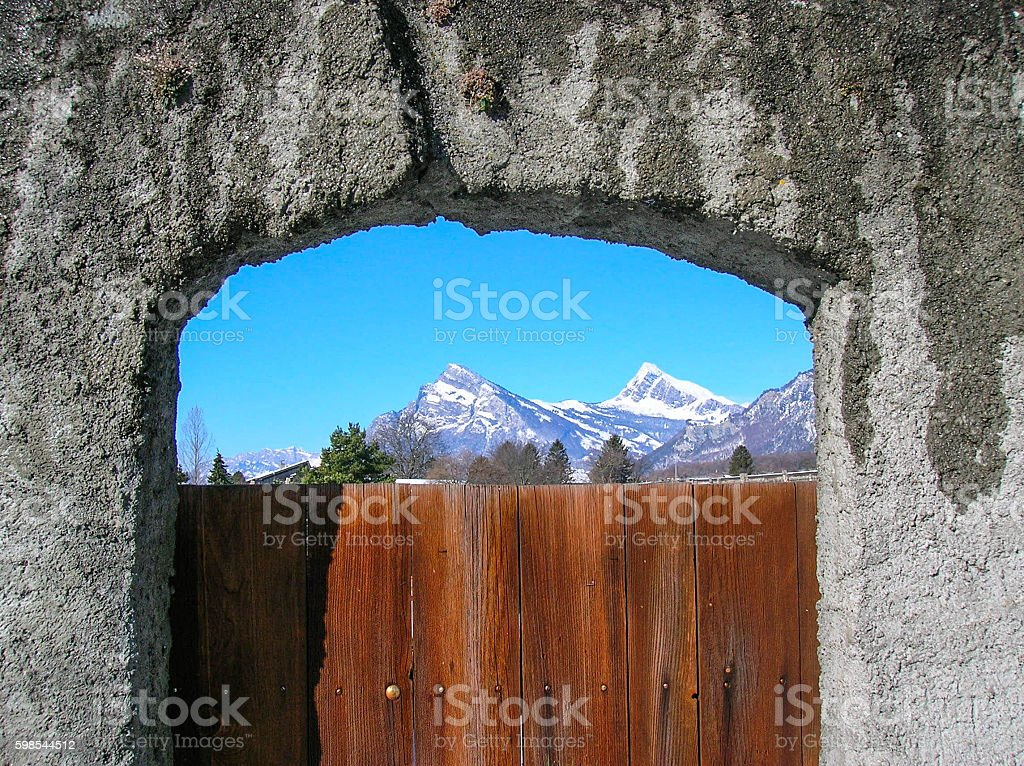 mountain view through vineyard gate photo libre de droits