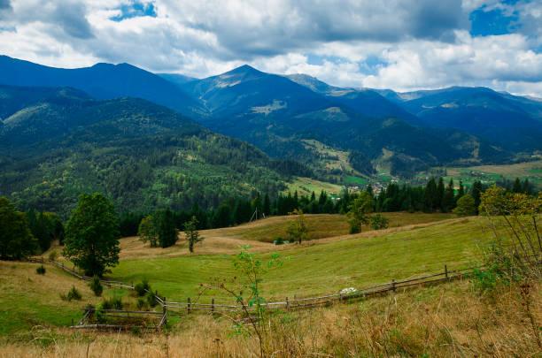 카르파티아 산맥의 몬테네그로 산등성이의 산봉우리에 대항하는 산악 마을 - 카르파티아 산맥 뉴스 사진 이미지