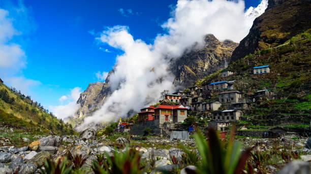 bergdorf im himalaya, nepal. mai 2018 - nepal tibet stock-fotos und bilder