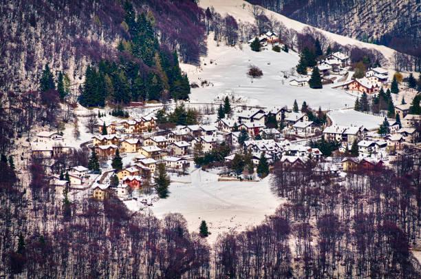bergdorf in trento, italien - hotel alpenblick stock-fotos und bilder