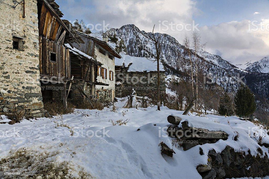 Villaggio di montagna in inverno con neve, Alpi occidentali, Italia - foto stock