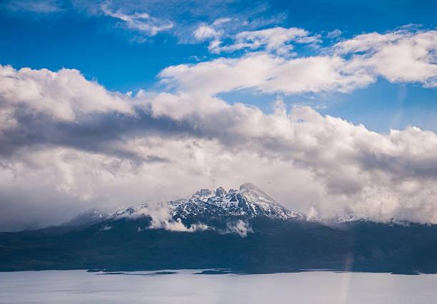 mountain con nubes en ushuaia argentina - foto de stock
