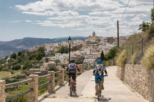 Mountainbiker nahenden Dorf in der andalusischen Sierra Nevada – Foto