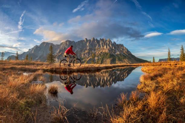 Mountainbiker im Herbst mit Panorama Blick auf Mount Hochkönig - Alpen – Foto