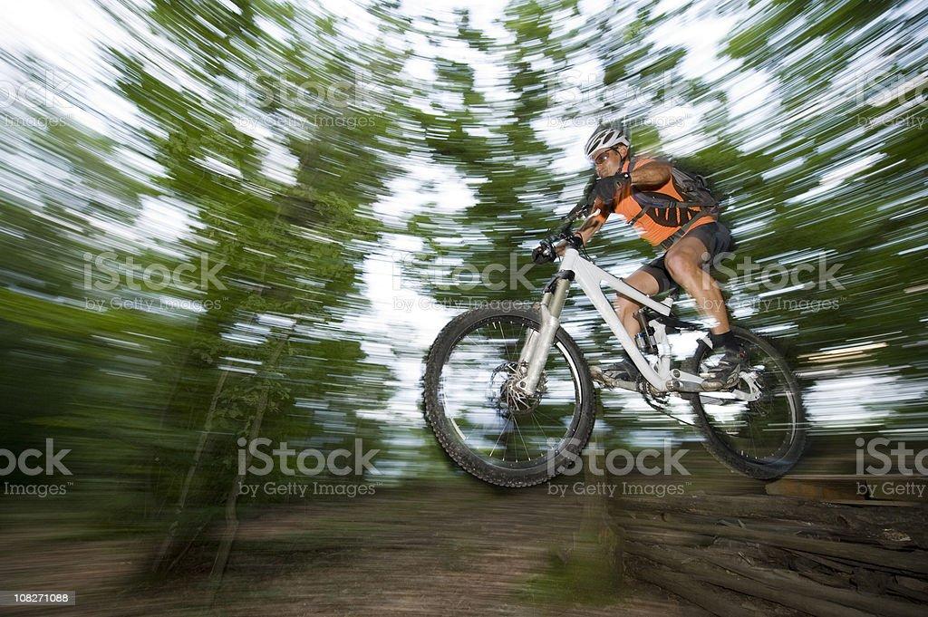 Mountainbiker beim downhill mit sprung royalty-free stock photo