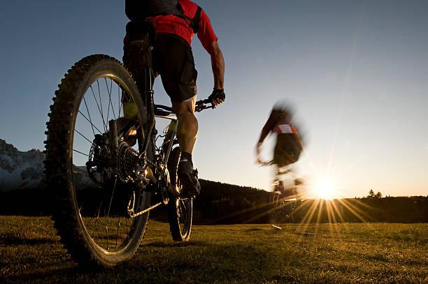 mountainbiker in Richtung Sonnenuntergang rapidlyer, – Foto
