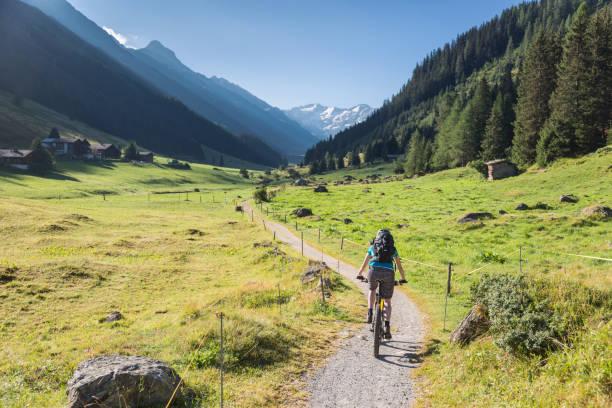 Mountainbiker ist in das Dischma-Tal, Davos. – Foto