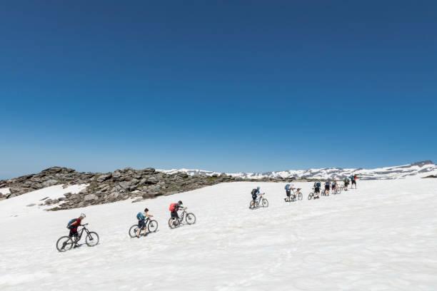 Mountainbiker Kreuzung Schneefeld in der andalusischen Sierra Nevada. – Foto
