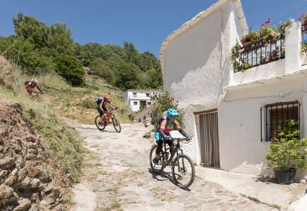 Mountainbiker in weißen Dorf Capileira in der andalusischen Sierra Nevada. – Foto
