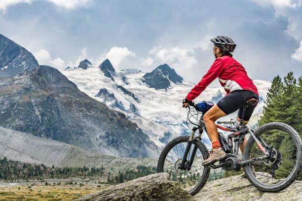 mountainbiken im engadiner tal schweiz - elektrorad stock-fotos und bilder
