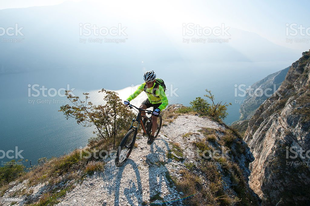 mountainbiking über den lake garda - Lizenzfrei 2015 Stock-Foto