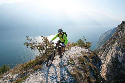 Mountainbiking Über Den Lake Garda Stockfoto und mehr Bilder von 2015