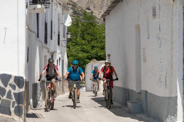 Mountainbiking durch weiße Dorf, Spanien. – Foto