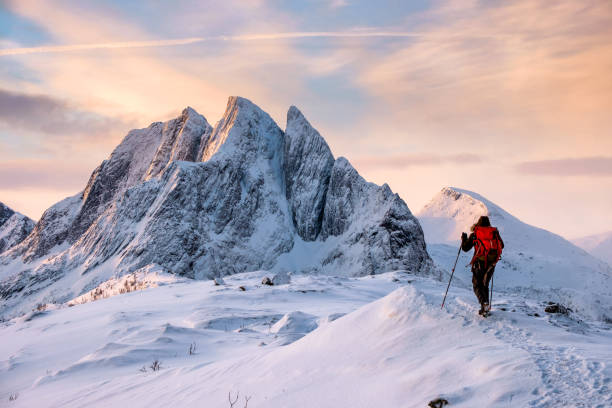 Mountaineer man klimt op de top besneeuwde berg​​​ foto