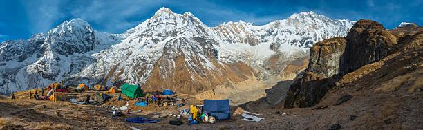 bergsteigen expedition base camp panorama high im himalaja annapurna-nepal - zelt stehhöhe stock-fotos und bilder