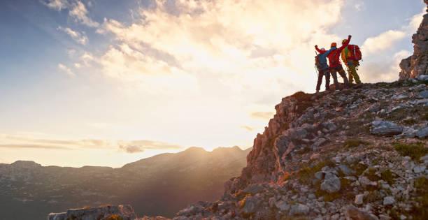 bergsteiger feiert sieg - damen top gold stock-fotos und bilder