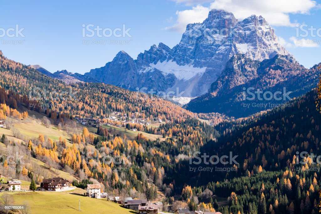 Mountainous landscape with the villages of Colle Santa Lucia and Selva di Cadore, at the Dolomites - foto stock